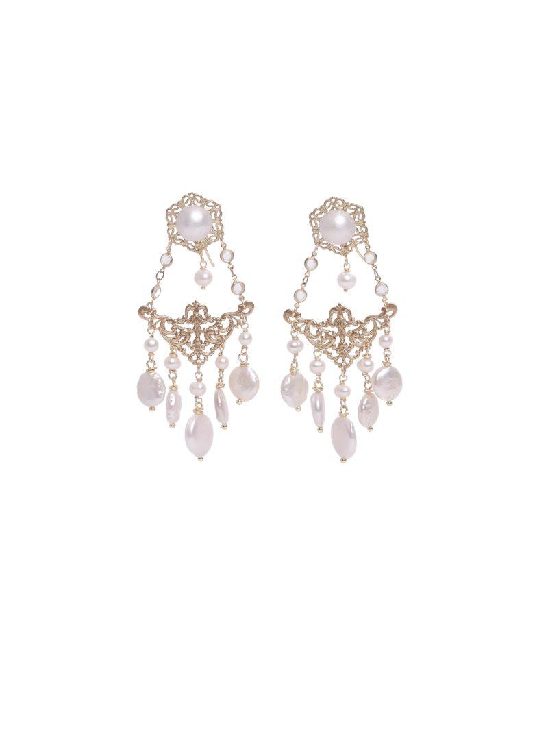 Orecchini chandelier con perle scaramazze di Mariella Gennarino