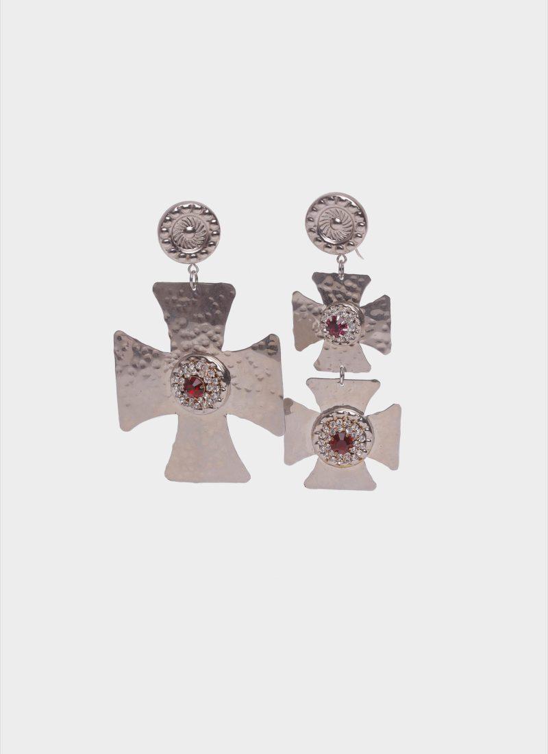 Orecchini croci barocco con pietre rosse di Mariella Gennarino
